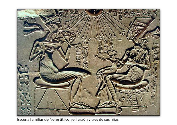 Escena familiar de Nefertiti con el faraón y tres de sus hijas