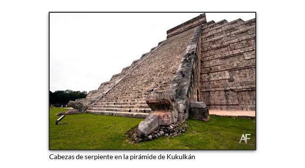 Cabezas de serpiente en la pirámide de Kukulkán