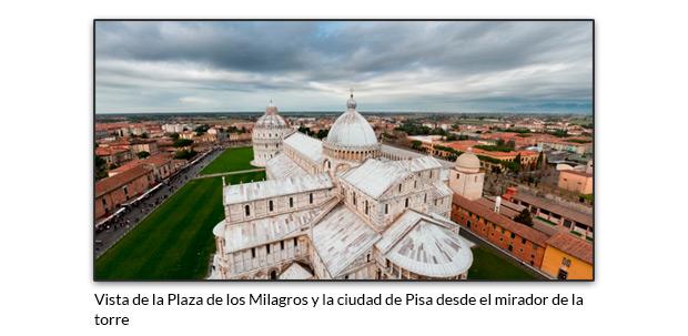 Vista de la Plaza de los Milagros y la ciudad de Pisa desde el mirador de la torre