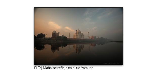 El Taj Mahal se refleja en el río Yamuna