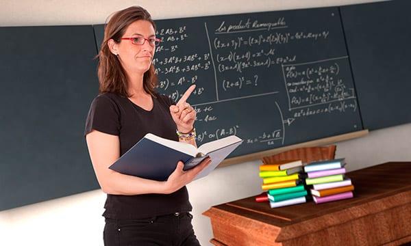 profesora enseñando a niños