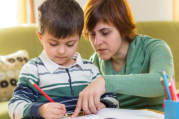 Planificar un horario para estudiar animará a los niños a esforzarse un poco cada día, sabiendo que después de cumplir con esta rutina podrán desconectar.