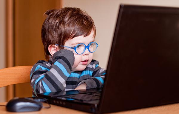 Las nuevas tecnologías marcan algunas de las adicciones de los niños. Si queremos evitar adicciones durante la infancia limitaremos estas actividades.