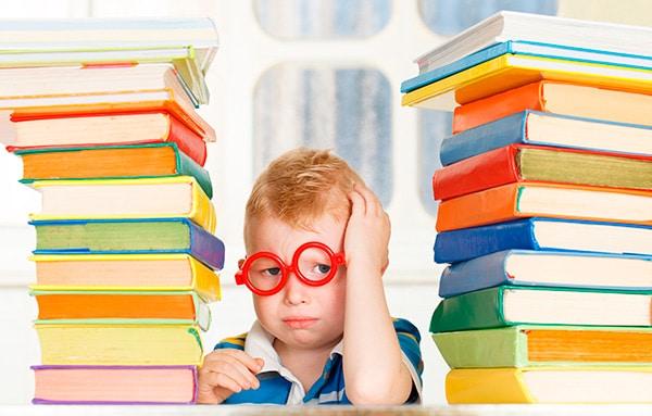 Al llegar a casa no hay profesores a los que preguntar las dudas. Te contamos los errores y aciertos de los padres al ayudar con los deberes a los hijos.