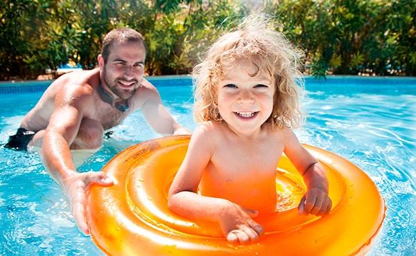 Aprender a nadar es muy importante para saber desenvolverse en el agua y evitar posibles accidentes. ¿Sabes cómo enseñar a un niño a nadar?