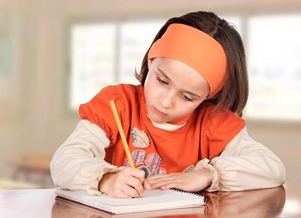 Leer y escribir poemas ayuda a los niños a ser creativos y a expresar sus sentimientos de manera breve. ¿Cómo pueden los niños aprender a escribir poesía?