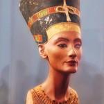 ¿Por qué a Nefertiti le falta un ojo?