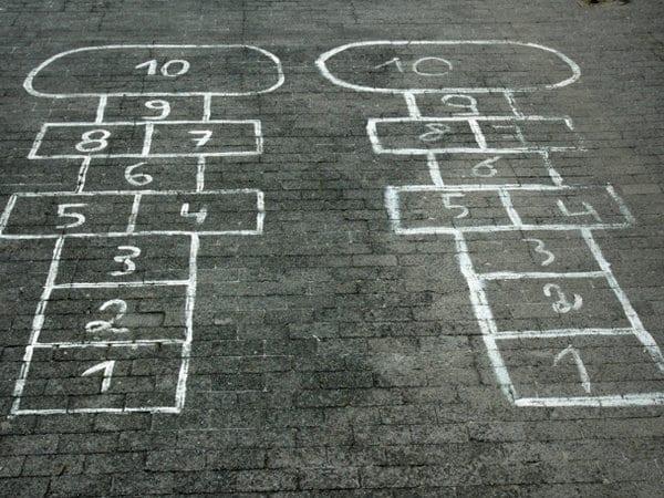 juego de la infancia: rayuela, tejo o truque