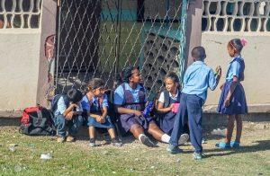 juegos de vestir con uniformes escolares para niños de primaria