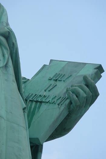 Detalle del libro que porta La Estatua de la Libertad