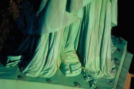 Detalle de los pies y las cadenas de la estatua de la libertad