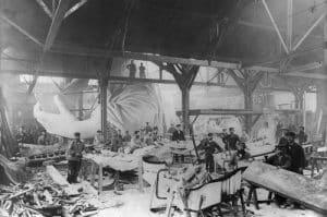Trabajando en la estatua de la libertad dentro de su taller