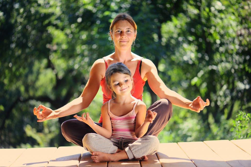 Madre e higa haciendo mindfulnes