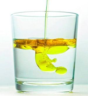 Echar aceite en agua