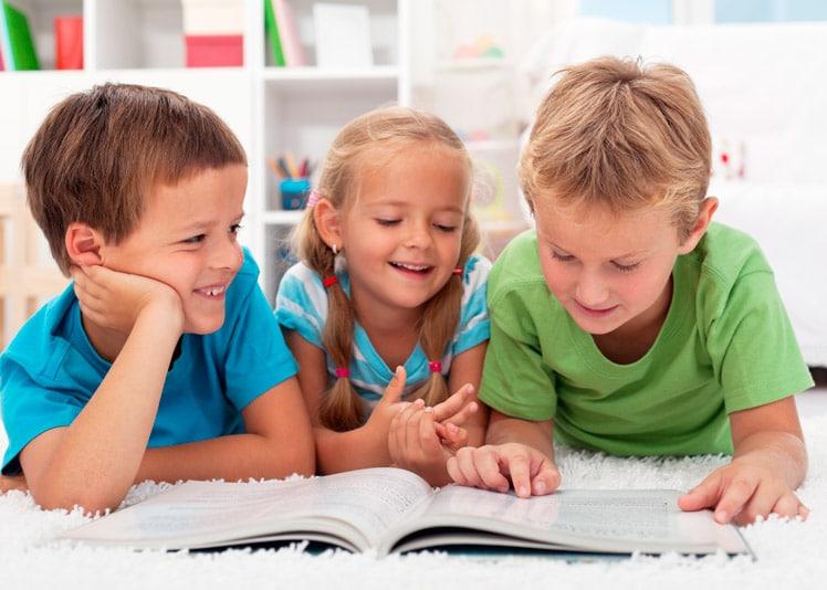 Niños leyendo frases celebres para madre
