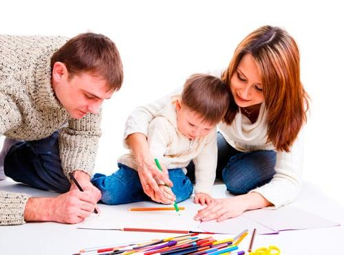 niño dibujando con sus padres